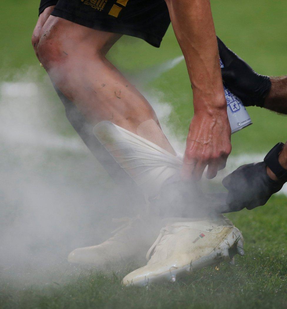 El jugador del AEK de Atenas Andre Simoes recibe atención médica durante el encuentro de Champions League frente al Bayern Múnich.