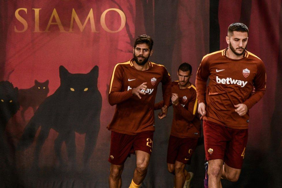Los jugadores de la Roma Konstantinos Manolas y Federico Fazio salen al campo antes del comienzo del encuentro de Champions League frente al CSKA de Moscú.