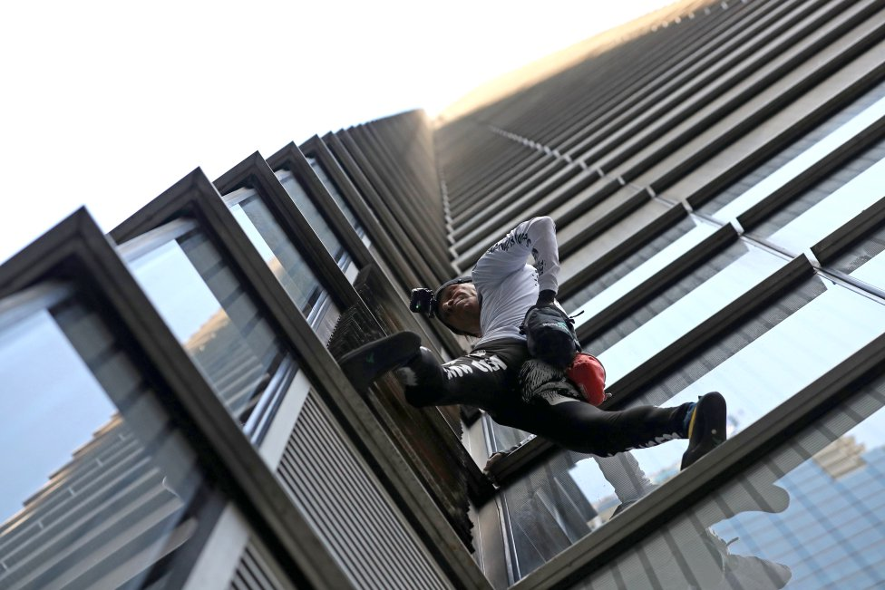 Alain Robert, el Spider Man' francés, escalando el Heron Tower.
