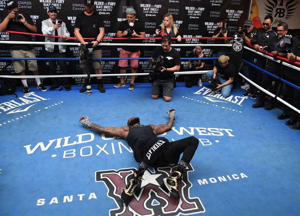 El campeón de peso pesado del CMB, Deontay Wilder, hace estiramientos en el ring antes de comenzar su entrenamiento ante los medios de comunicación en el Churchill Boxing Club, Santa Mónica, California.