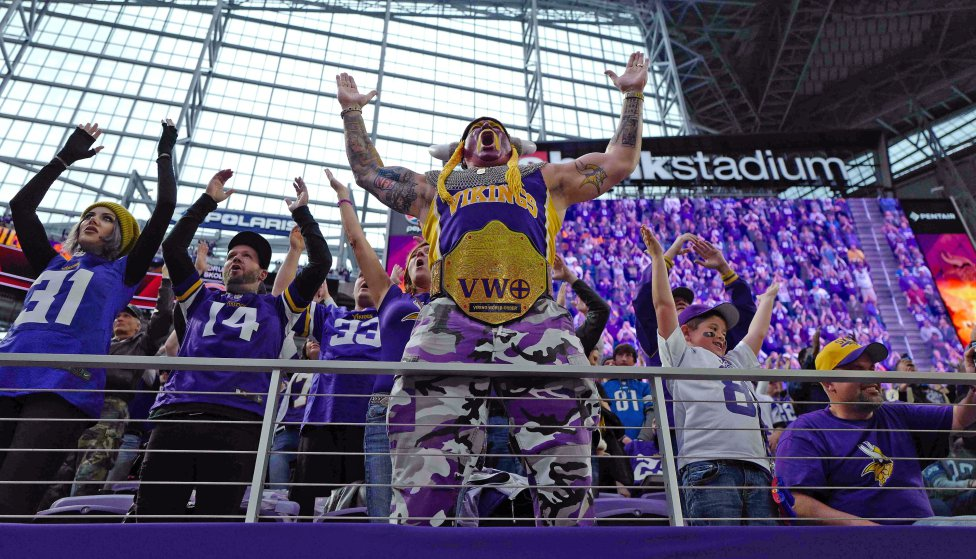 El seguidor de los Minnesota Vikings, Syd Davies, aplaude a Skol en la primera mitad contra los Detroit Lions en el US Bank Stadium en Mineápolis, Minesota. Los vikingos derrotaron a los leones 24-9.