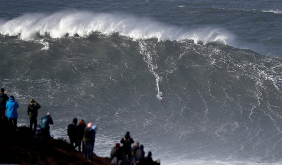 El surfista alemán Sebastian Steudtner toma una ola de tamaño descomunal en Praia do Norte en Nazare, Portugal.