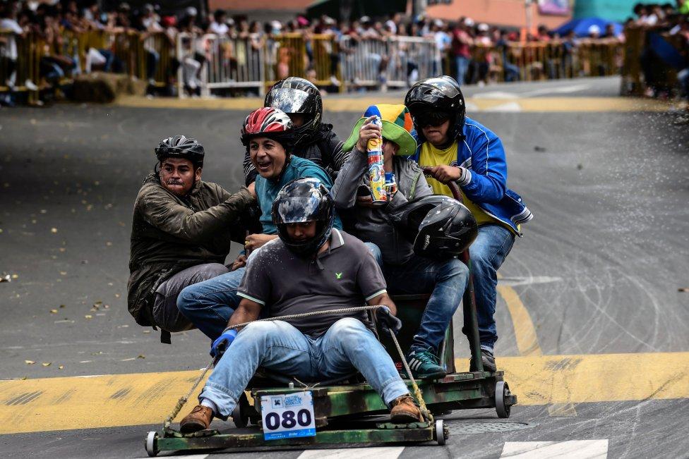 Los participantes descienden una colina en vehículos caseros durante el 29º Festival del Automóvil en Medellín, departamento de Antioquia, Colombia.