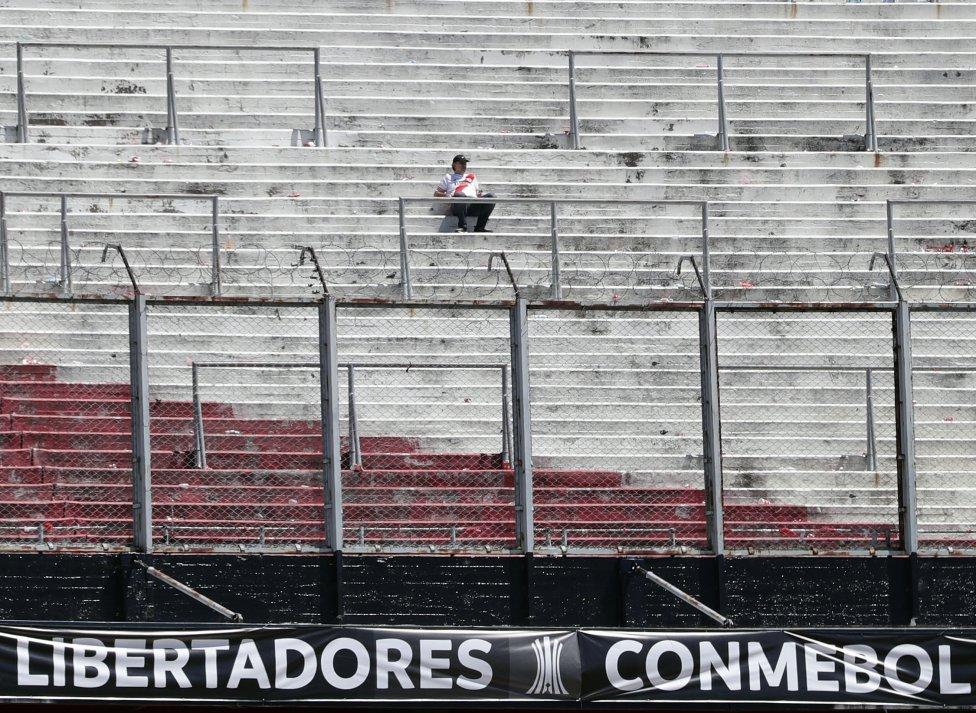 ALEJANDRO PAGNISeguidor del River Plate antes de la supensión del partido de vuelta de la final de la Libertadores frente a Boca Juniros.