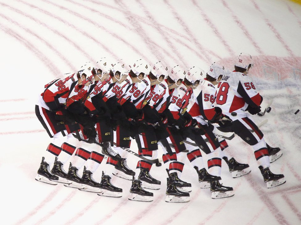 Maxime Lajoie de los Ottawa Senators patina en calentamientos antes del juego contra los New York Rangers.