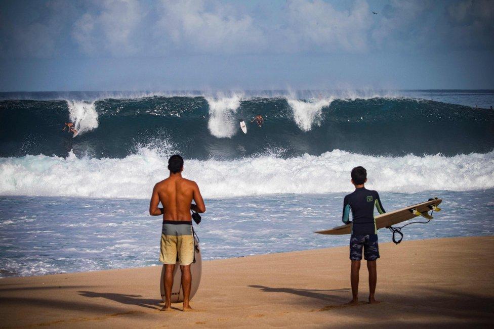 Los surfistas observan la legendaria ola de Pipeline durante el primer gran día de invierno en Haleiwa, en la costa norte de Hawai.