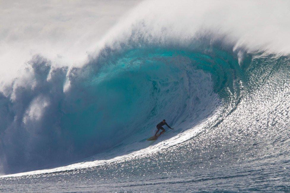 Kohl Christensen  navega por un arrecife exterior en Hawai en la costa norte de O'ahu