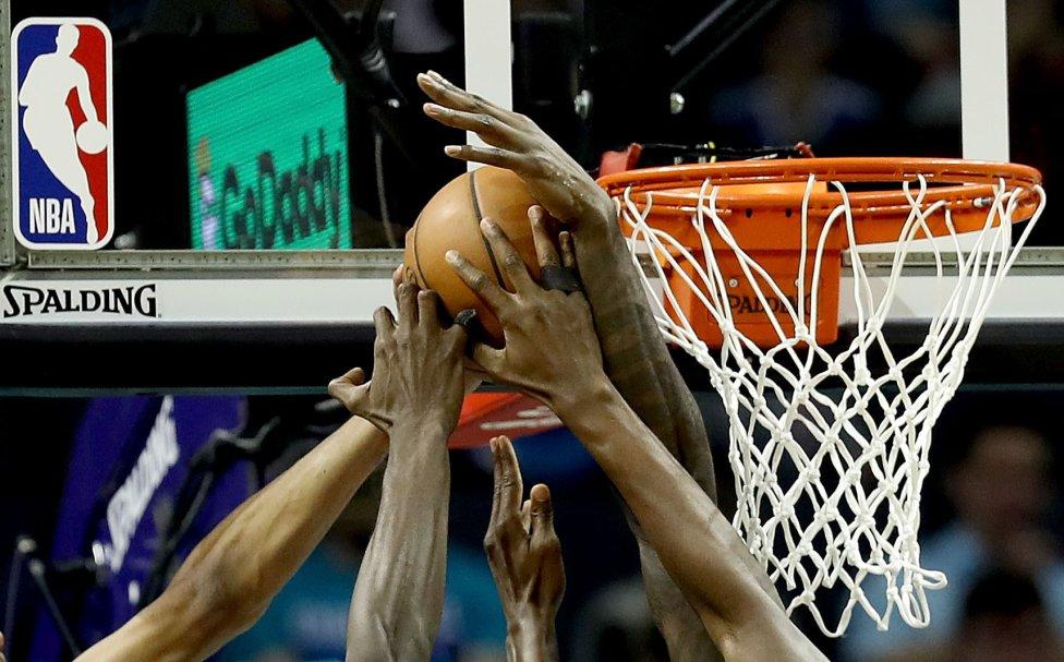 Jugada entre los Milwaukee Bucks y Charlotte Hornets durante su partido en el Spectrum Center