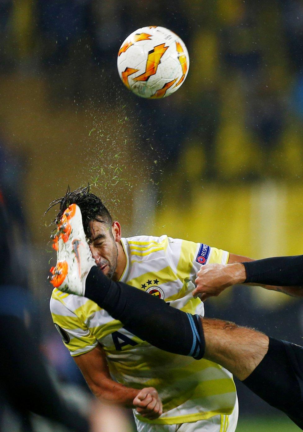 Mauricio Isla del Fenerbahce recibe un gol del contrario.