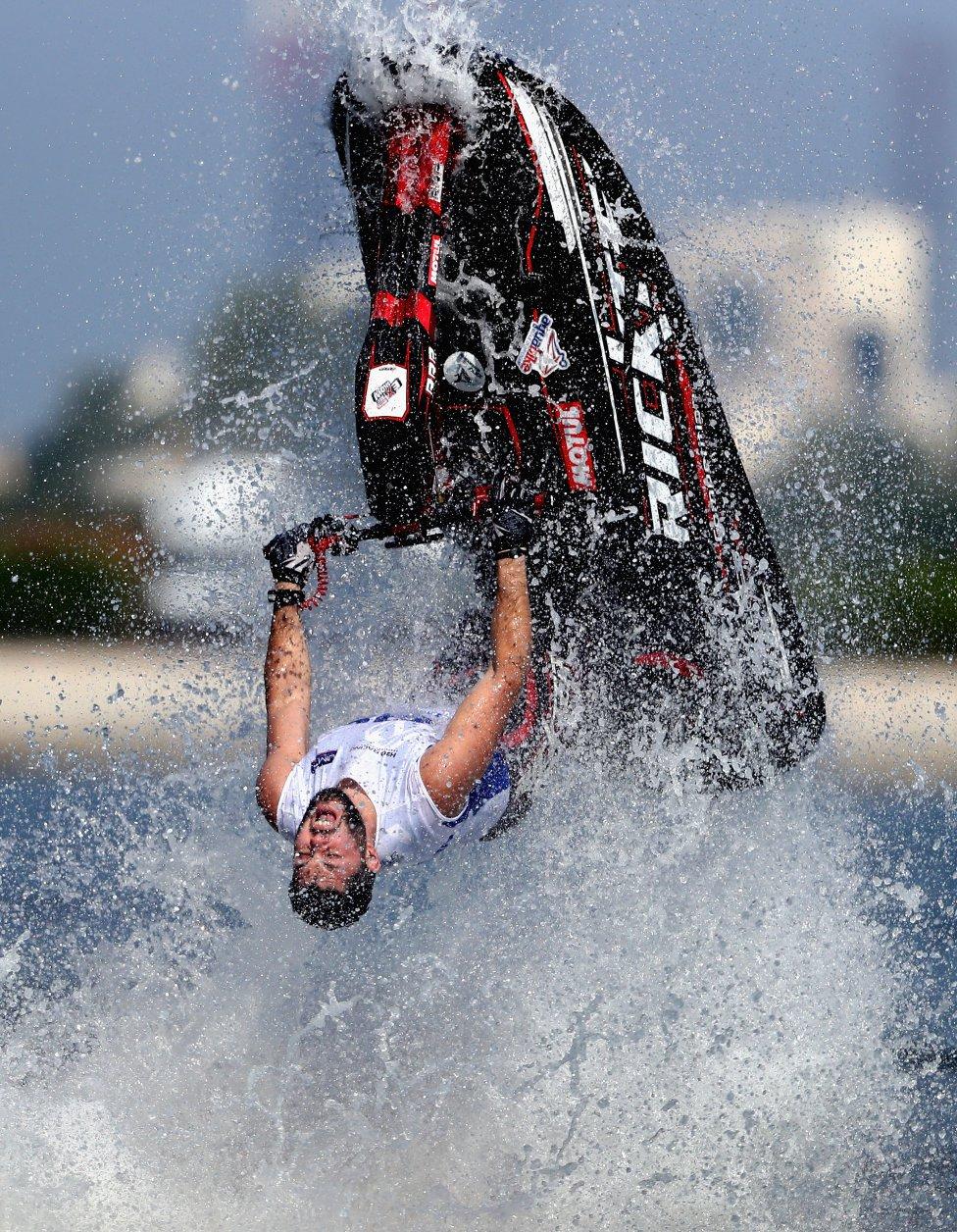 Alexander Kuramshin de Rusia entrenando antes del Circuito Pro Clase UAB-ABP Aquabike  del Gran Premio de Sharjah en Khalid Lagoon