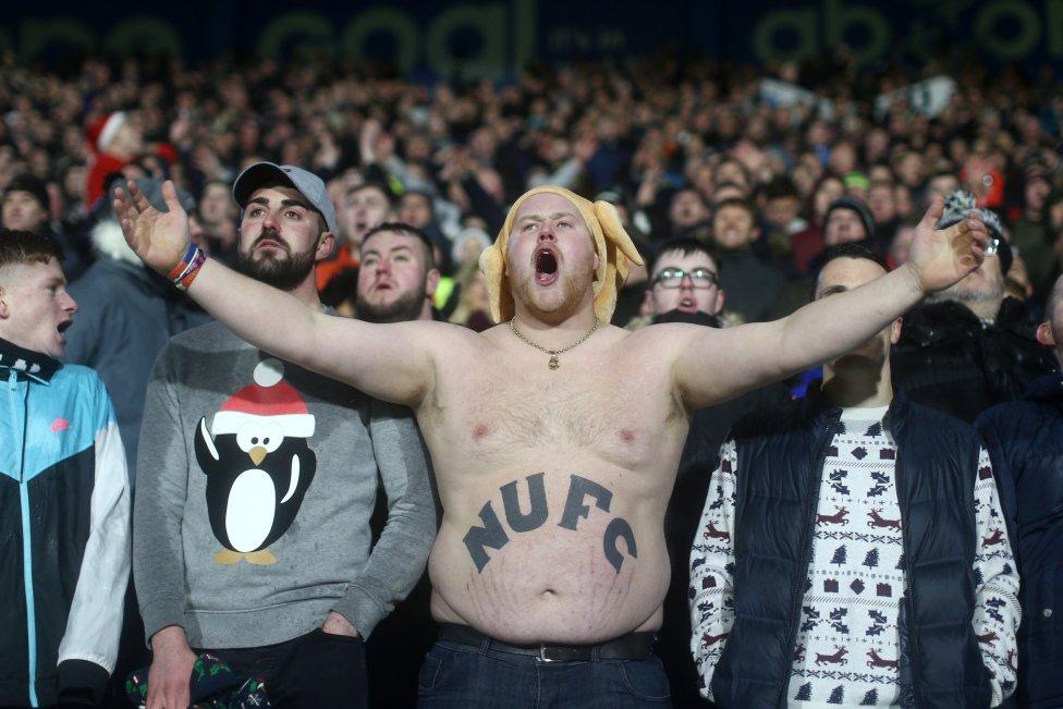 Seguidor del Newcastle durante el encuentro frente al Huddersfield Town.