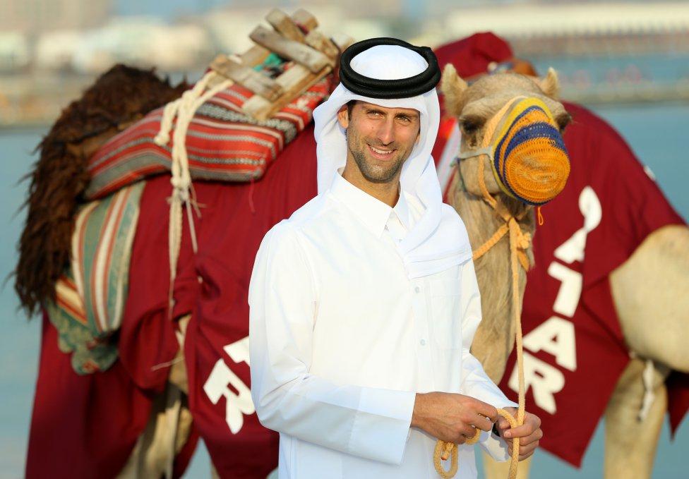 Fotos curiosas del deporte. Novak de Arabia. El tenista serbio vistió con un traje tradicional catarí junto a camellos un día antes del comienzo del Abierto de Qatar.