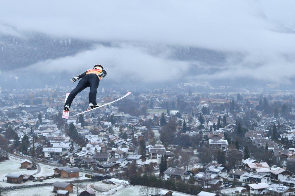 Fotos curiosas del deporte. Salto desde las alturas. El japonés Ryoyu Kobayashi en un salto durante la sesión de entrenamiento de la Copa del Mundo de saltos de esquí que se disputa en Garmisch-Partenkirchen, Alemania.