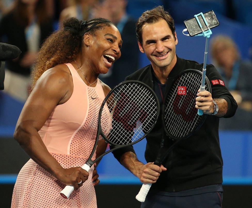 Fotos curiosas del deporte. Un selfie de los grandes. Serena Williams y Roger Federer decidieron divertir al público haciéndose un selfie tras su partido de dobles mixtos.
