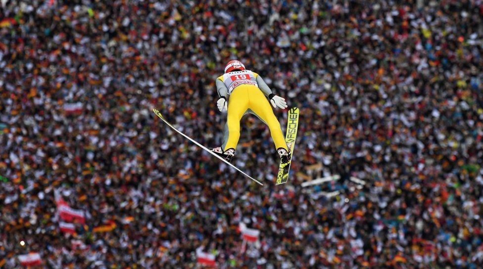 Fotos curiosas del deporte. Saltando en Año Nuevo. En el mundo del deporte el concurso de saltos de esquí es una tradición desde hace varios años. En esta imagen Richard Freitag parece que va a caer sobre los espectadores que se encuentran en localidad alemana de Garmisch-Partenkirchen.