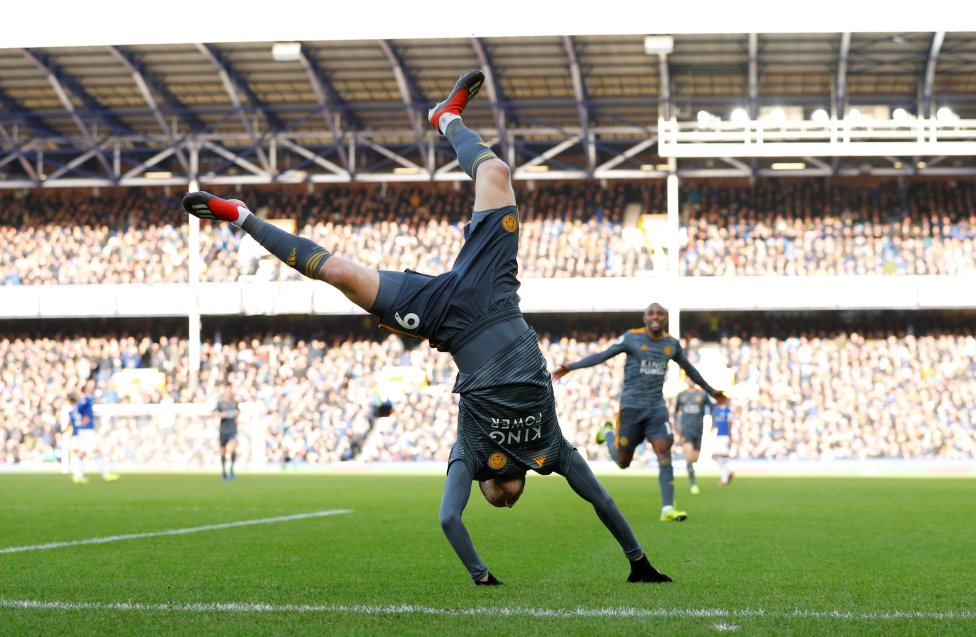 Fotos curiosas del deporte. La alegría del gol. Jaime Vardy anotó el primer gol del partido entre el Everton y su Leicester. Su graciosa forma de celebrarlo no dejó indiferente a nadie.