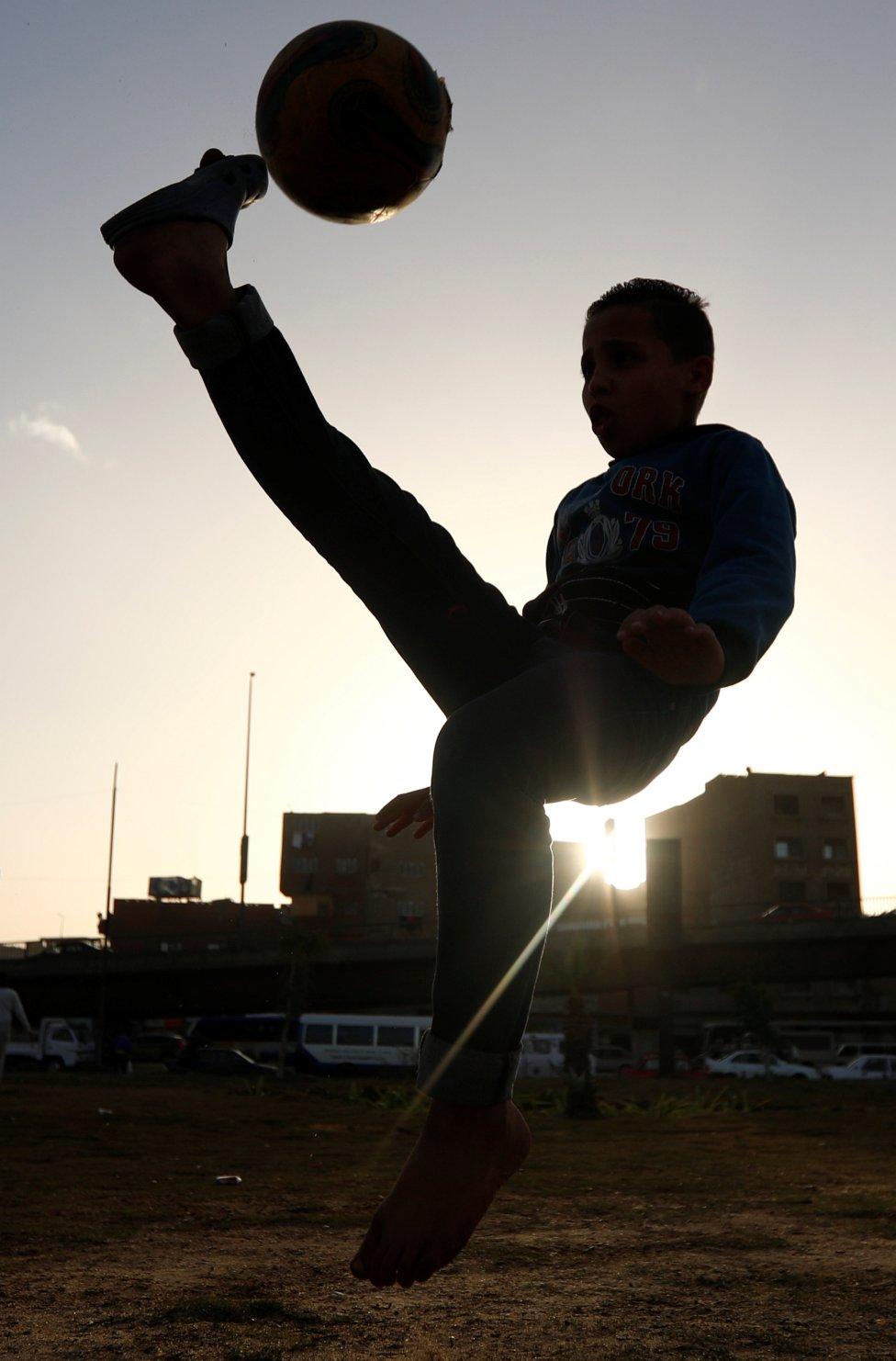 Un niño egipcio juega en las calles de El Cairo.
