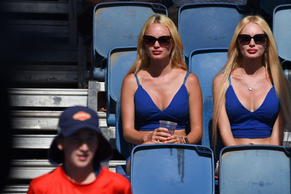 Dos espectadoras durante el Open de Australia.