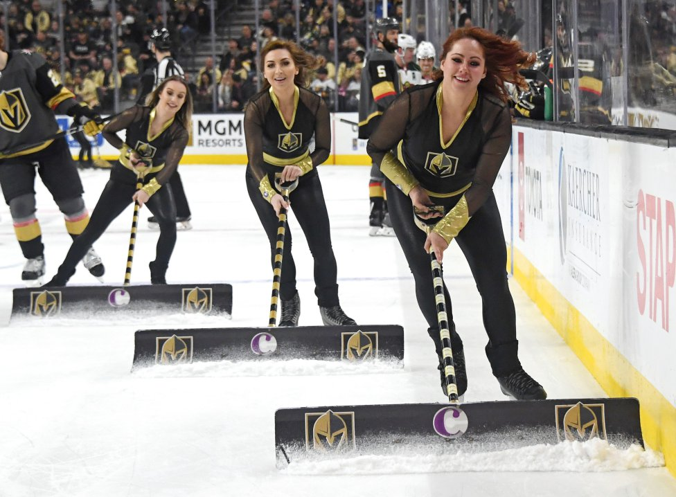 Miembros del Knights Guard limpian el hielo durante el partido de hockey frente a los Minnesota Wild.