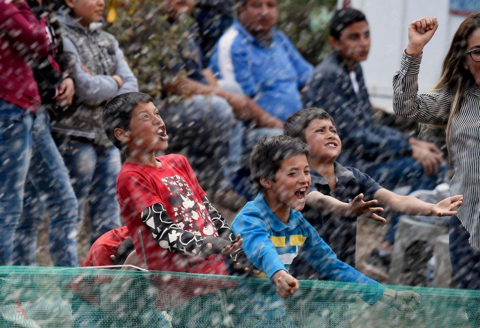 Los participantes del Rally de México salpican con agua a los niños durante la primera etapa del Campeonato del Mundo de Rallyes de la FIA en Silao, Estado de Guanajuato, México.