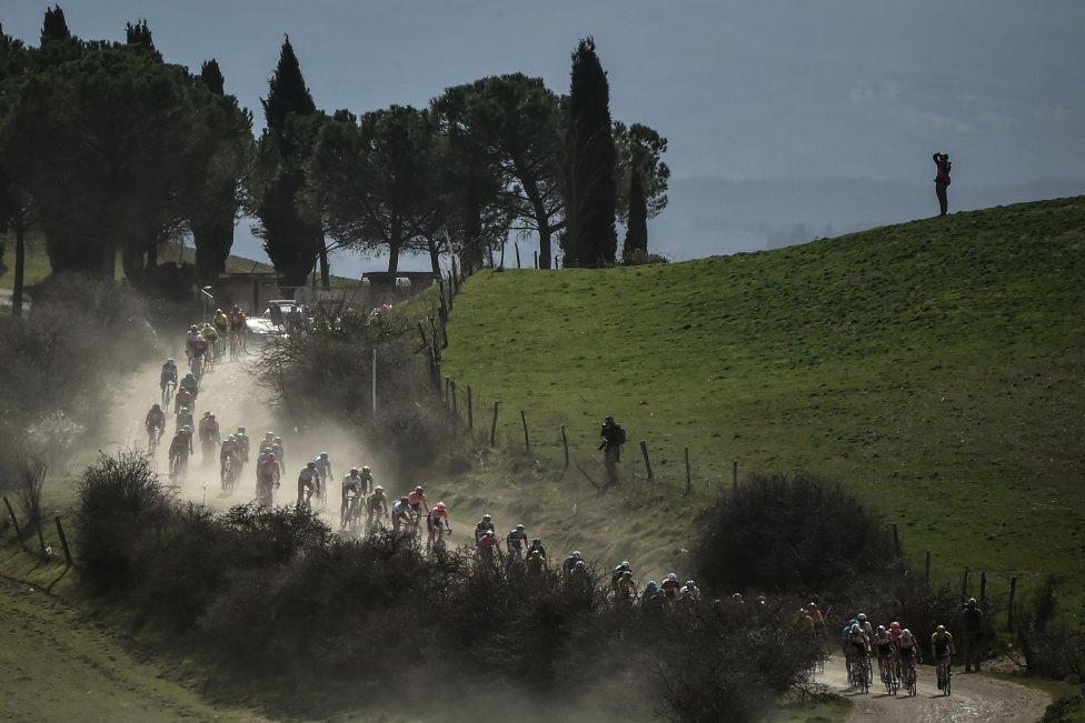 El pelotón recorre un polvoriento camino de grava durante la clásica carrera de ciclismo de un día Strade Bianche (White Roads) en Siena, Toscana.