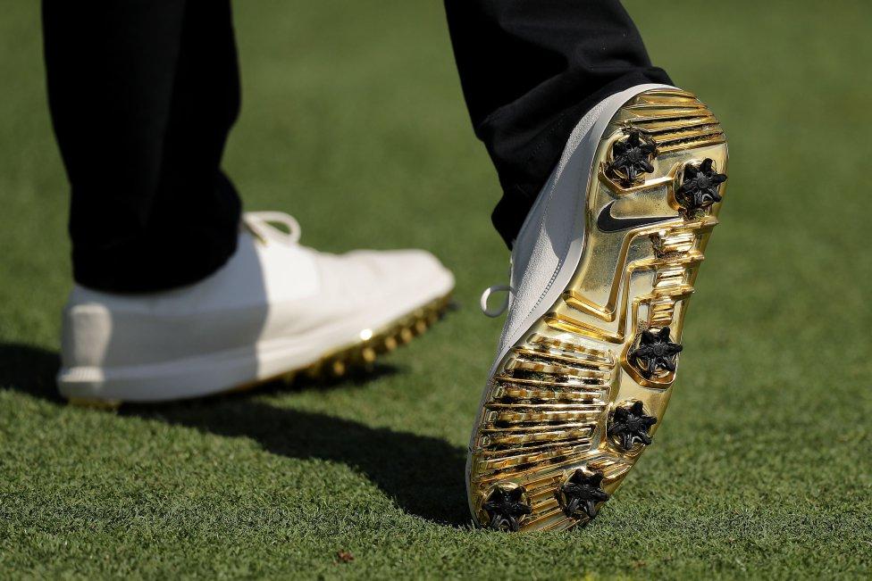 Detalle de los zapatos del golfista Rory McIlroy de Irlanda del Norte durante la primera ronda del Campeonato de Jugadores en el estadio en TPC Sawgrass en Ponte Vedra Beach, Florida.