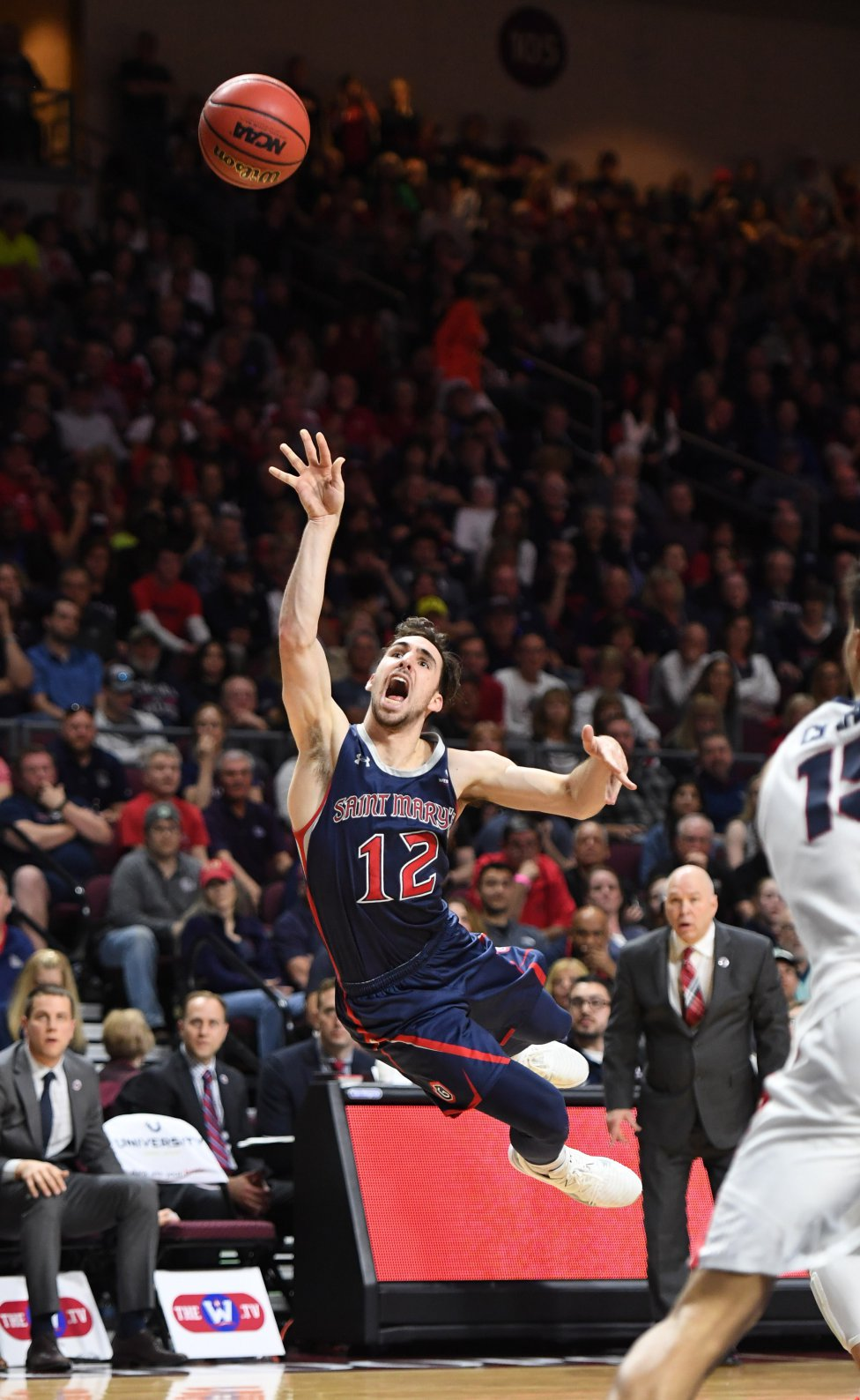 Tommy Kuhse de los Saint Mary's Gaels lanza un tiro contra los Gonzaga Bulldogs durante el campeonato del torneo de baloncesto de la West Coast Conference en el Orleans Arena en Las Vegas, Nevada.