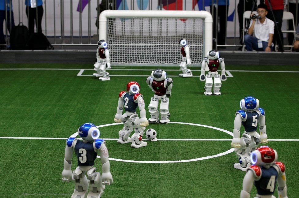 Los jugadores de fútbol de robots compiten en un campo de fútbol durante el Torneo Invitacional de Tianjin Asia-Pacífico de 2019, en el evento paralelo del World Intelligent Congress,