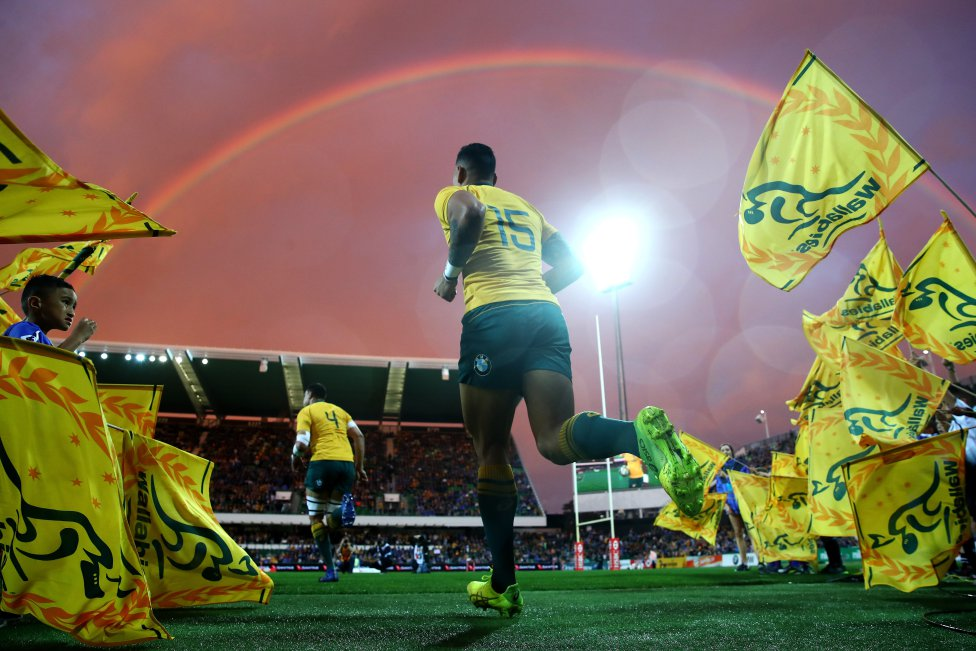 Israel Folau de los Wallabies corre al campo durante el partido del Campeonato de Rugby entre los Wallabies australianos y los Springboks de Sudáfrica en el estadio de plumín