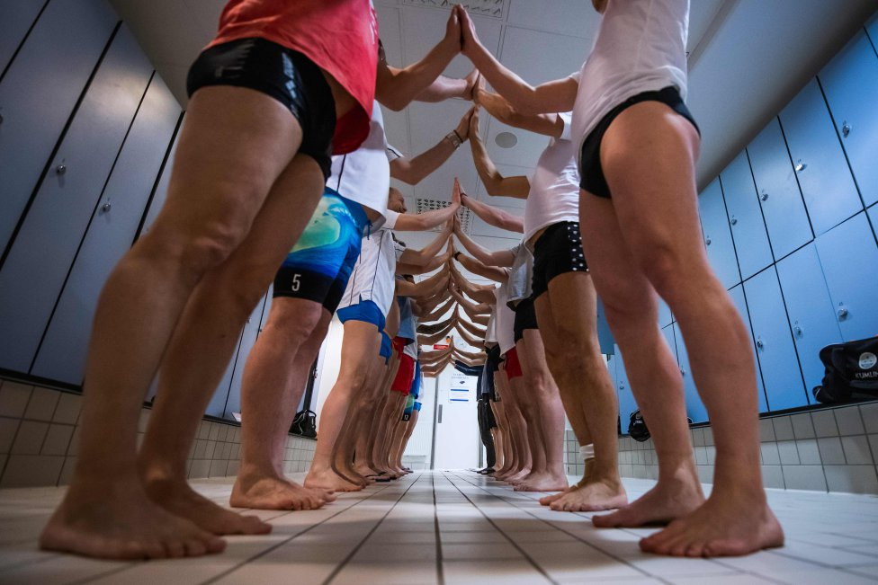 Los miembros del equipo de natación sincronizada de Estocolmo Simkonst Herr (natación artística masculina de Estocolmo) practican su coreografía en un vestuario durante una sesión de entrenamiento