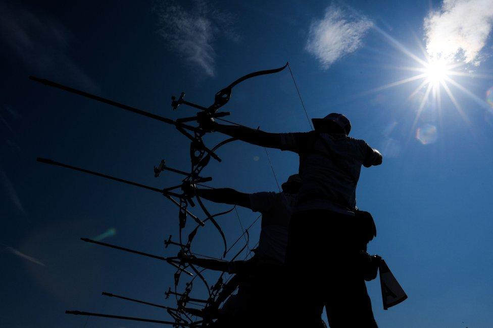 Las siluetas de los arqueros recortan el cielo a contraluz en Minsk.