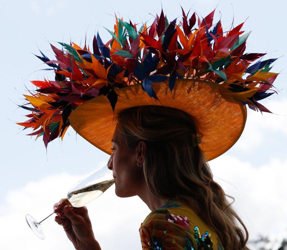 La tradición dice que en la mítica Ascot hay que llevar sombrero, y cuanto más llamarivo, mejor.