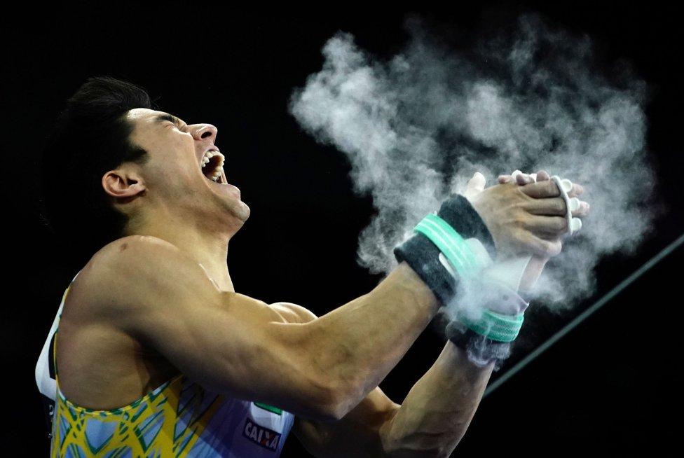 Curioso momento del gimnasta Arthur Mariano durante la final de barra horizontal en el Campeonato Mundial de Gimnasia Artística.