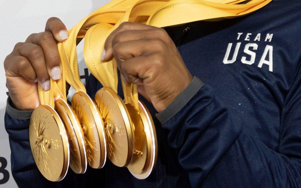Detalle de las cinco medallas de oro de Simone Biles conseguidas durante el Campeonato Mundial de Gimnasia Artística en Stuttgart.