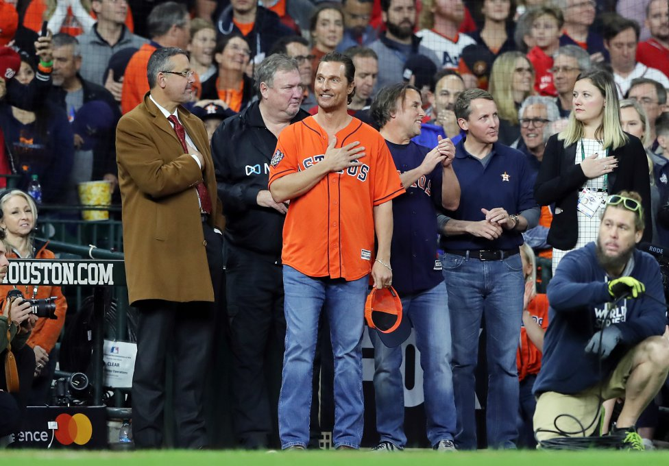 El actor estadounidense Matthew McConaughey durante el himno nacional antes del primer lanzamiento en el Juego Siete de la Serie Mundial 2019 de béisbol entre Houston Astros y Washington Nationals en Houston, Texas.