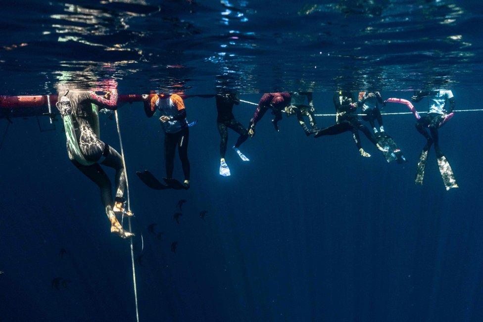 Varios participantes en la orilla del mar de la isla de Weh, provincia de Aceh, en Indonesia durante una competición de apnea o buceo libre (freediving)