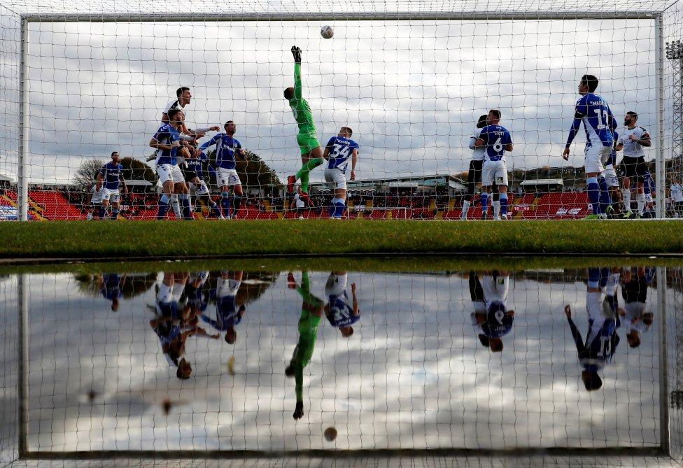 Imágen del partido de la Copa FA entre el  Gateshead v Oldham Athletic en el Estadio Internacional de Gateshead, Gran Bretaña.