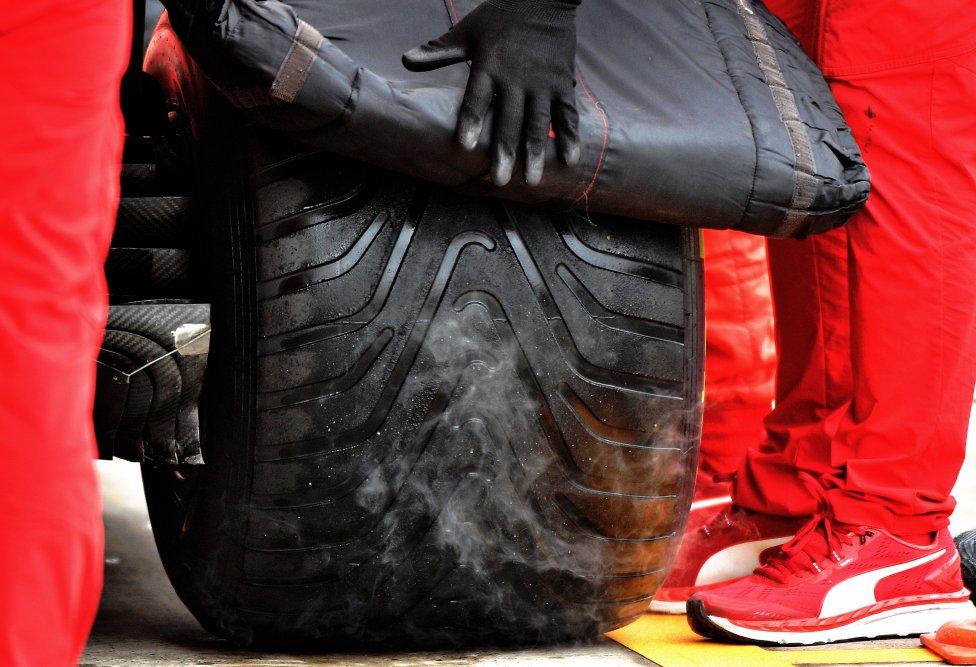Detalle de las ruedas del monoplaza del piloto de Ferrari Charles Leclerc.
