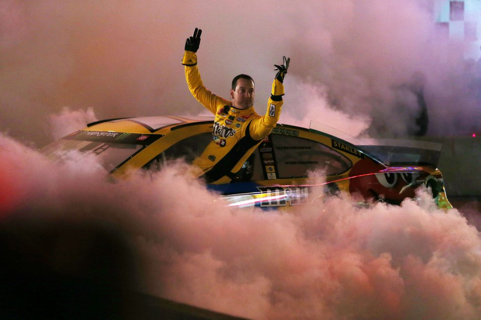 Kyle Busch durante los Burnouts de Monster Energy NASCAR Cup Series en Nashville, Tennessee.
