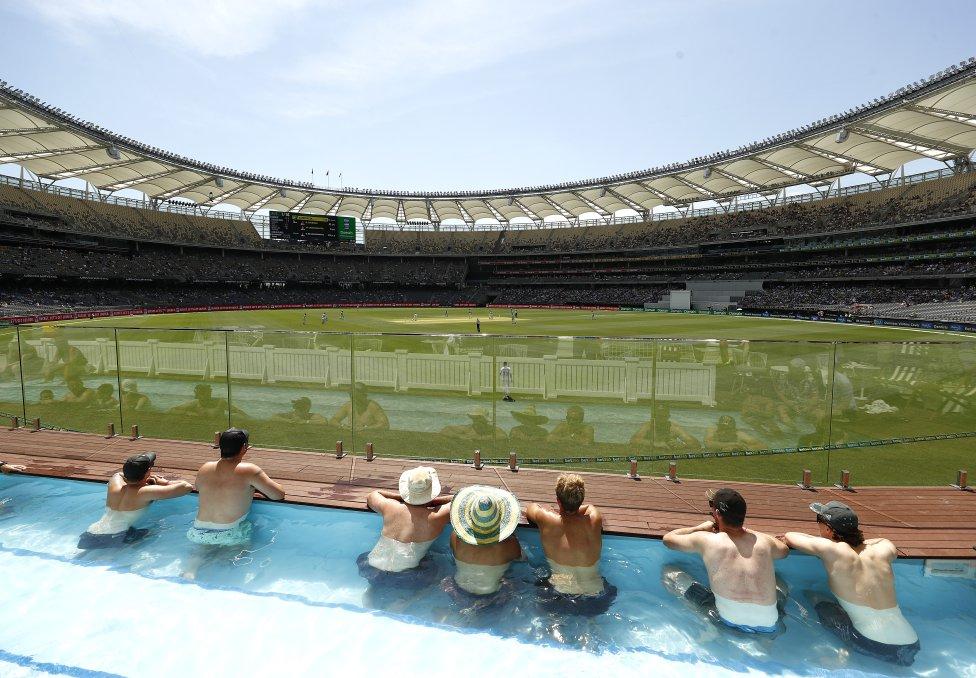 Seguidores viendo desde la piscina en el Boundary Beach Club el  primer partido amistoso entre Australia y Nueva Zelanda en el Optus
