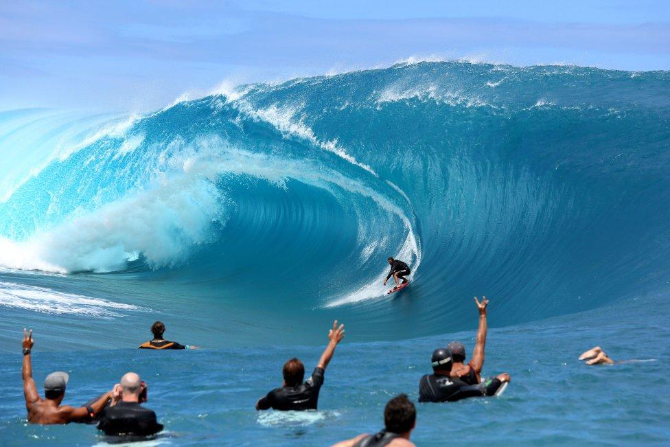 Takanui Smith sobre una ola