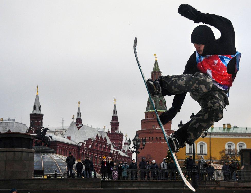 Un deportista de snowboard durante una actuación en el centro de Moscú cerca del Kremlin.