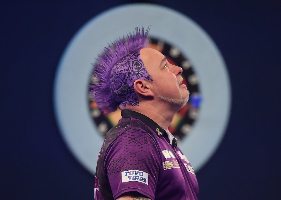 El jugador de dardos Peter Wright tras ganar la final del William Hill World Darts Championship 2020 ante Michael van Gerwen en el Alexandra Palace de Londres.