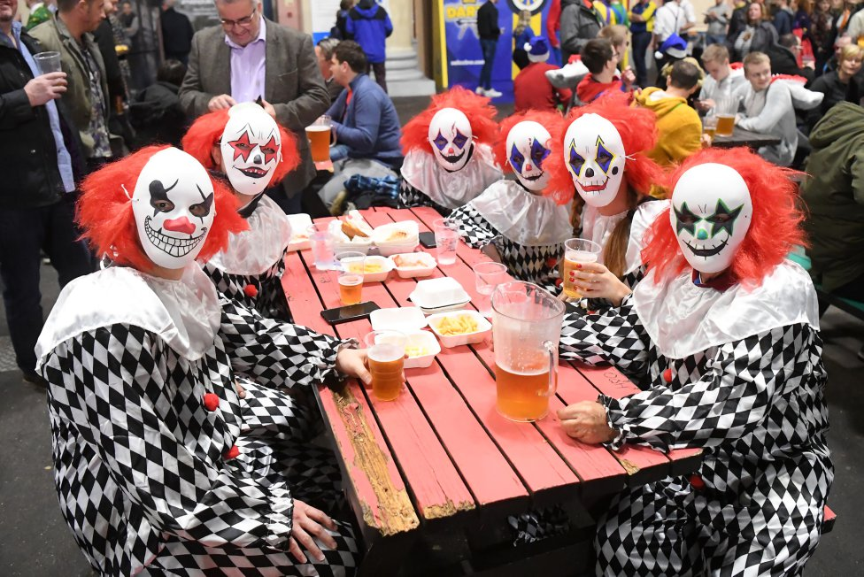 Divertida imagen de un grupo de aficionados disfrazados durante el William Hill World Darts Championship 2020.