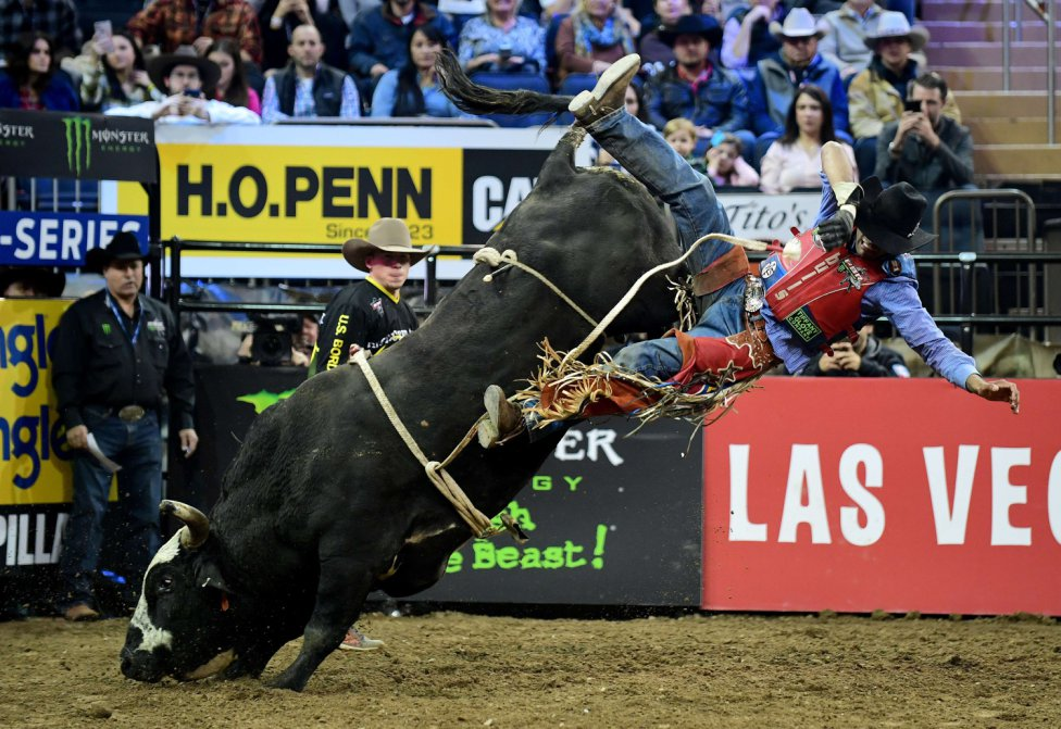 El jinete Alan De Souza compitiendo durante la PBR Unleash the Beast competition en el Madison Square Garden de Nueva York.