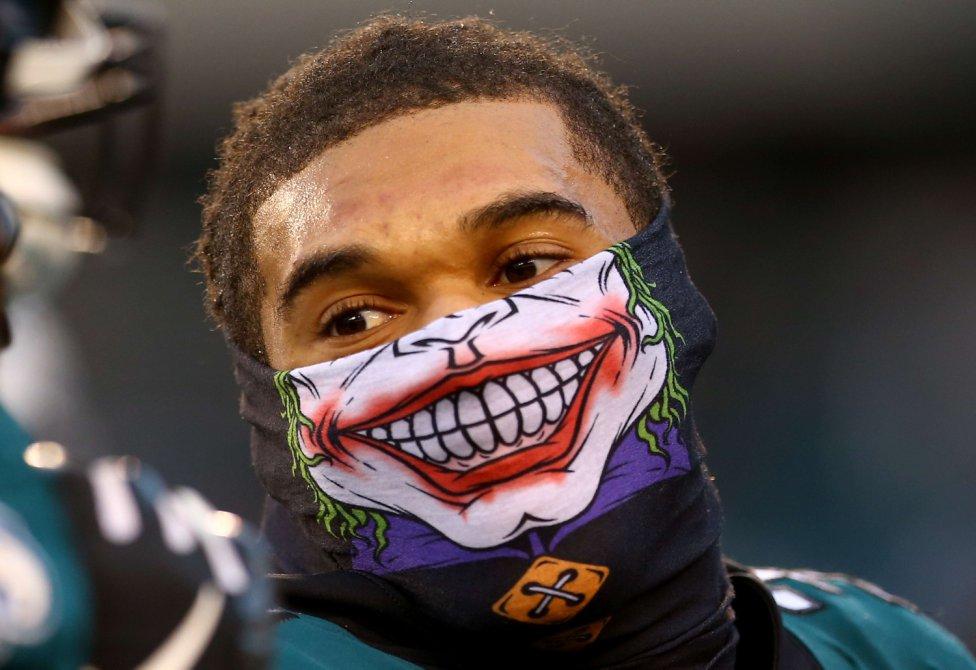 El jugador de los Seattle Seahawks, Neiko Thorpe, se protege del frío en la cara con una divertida prenda.