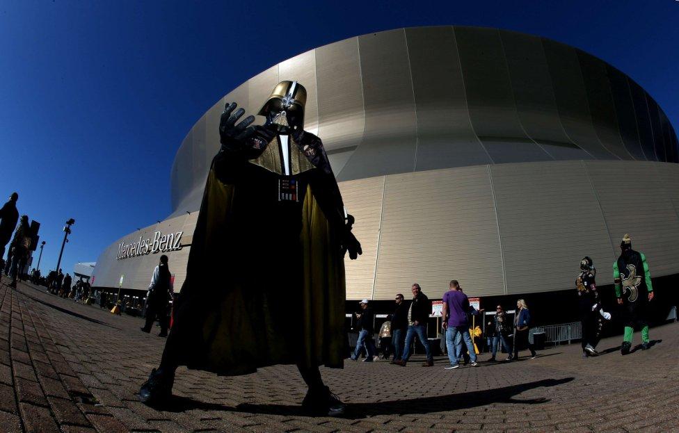 Un aficionado disfrazado de Darth Vader antes del inicio del encuentro entre los New Orleans Saints y los Minnesota Vikings en Nueva Orleans, Louisiana.