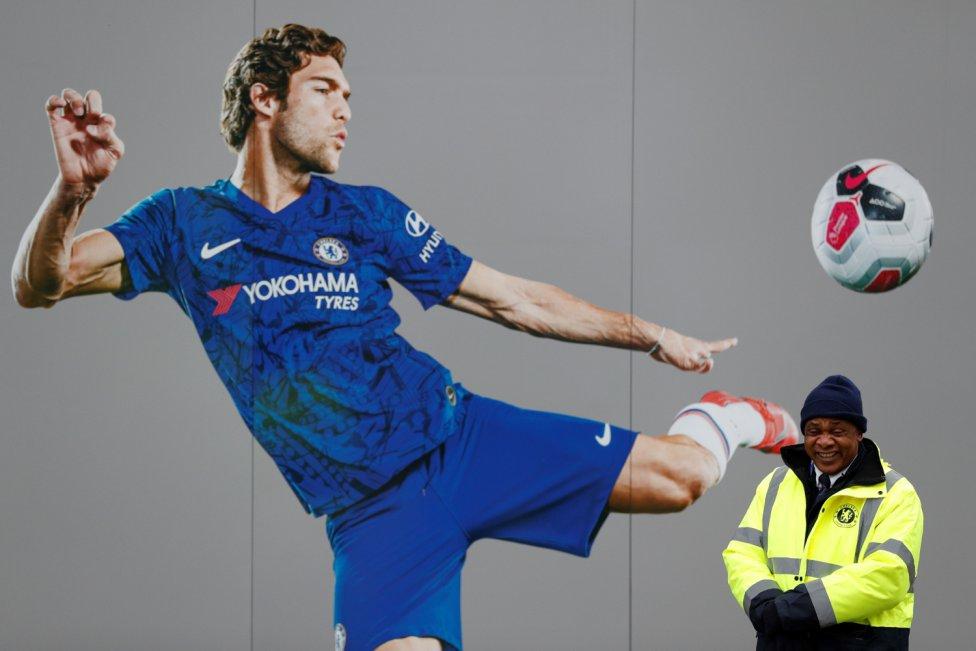 Divertida imagen de un cartel del Chelsea y un miembro de seguridad.