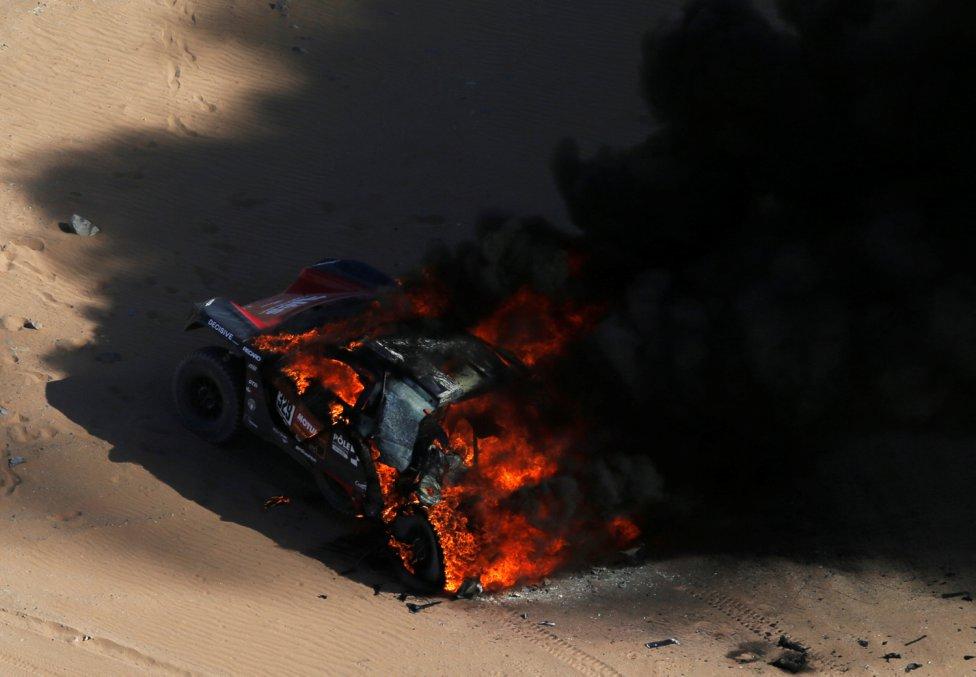 El coche ardiendo de los pilotos del Dakar Romain Dumas y Alexandre Winocq.