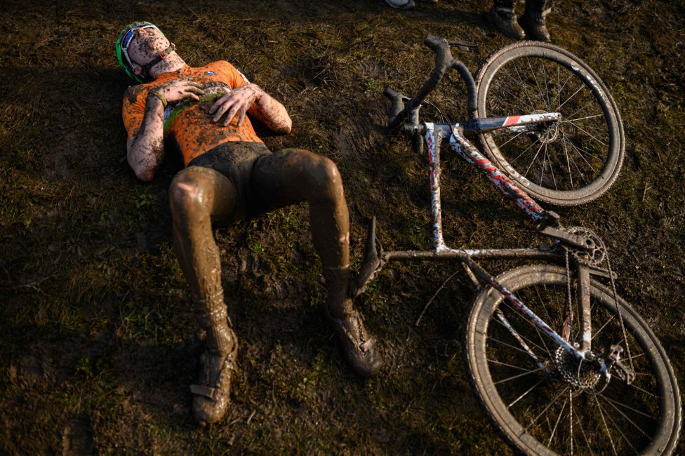 Un ciclista se recupera tras competir en la carrera Junior Men del British Cycling National Cyclo-Cross Championships en Shrewsbury, Inglaterra central.